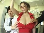 Азиатка привлекла внимание своими буферами