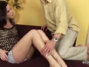 Обезбашенный папа трахнул дочку на диване