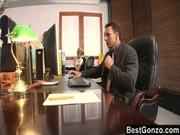 Трахает секретаршу когда ему скучно на работе