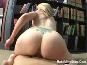 Раздвинула ноги в библиотеке