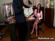 Татуированный чувак ебет сотрудницу в своем кабинете