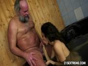 Старик с молодой шлюхой в бане