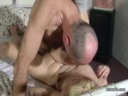 Старик трахает девушку медсестру