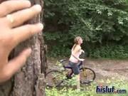 Заснял парочку велосипедистов в лесу