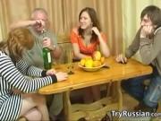 Русские зрелые трахаются с молодой парой