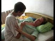 Внук трахнул бабулю в ее кровати