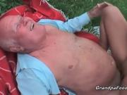 Порно старик ебет молодую на природе