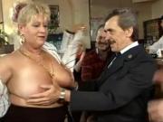 Трахают зрелых женщин в свингер клубе