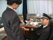 Стюардесса с капитаном готовятся к полету