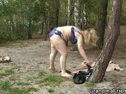 Трахают бабушку на природе