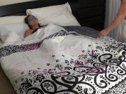 Трахнул маму пока она спала в маске