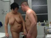 Трахнул маму жены в ванной