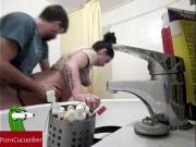 Трахает в туалету жену раком