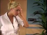 Медсестра трахнула пациента заскочив к нему на хуй