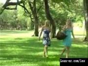 Прилюдно дрочат в парке киски