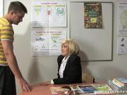 Трахнул русскую учительницу на ее столе